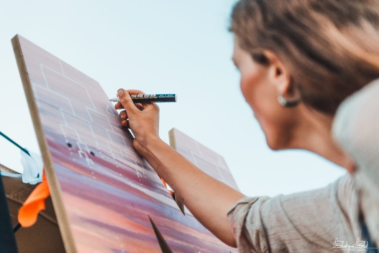 woman drawing on art canvas during Noisily Festival 2018