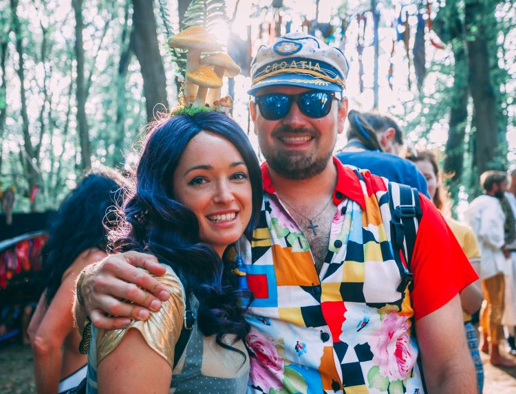 woman with black wig and man in sailor hat and sunglasses smiling at Noisily Festival 2019