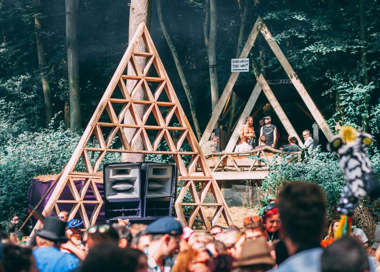 Two male DJ's in front of a wooden stage at Noisily Festival 2019