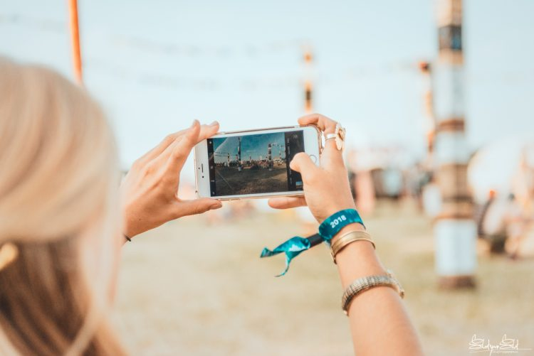 woman taking photo on a smartphone during Noisily Festival 2018
